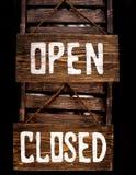 Open关闭了垂悬在门的标志 库存图片