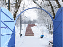Open成拱形与的自然风景的门 免版税库存图片