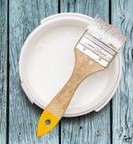 Open能与刷子的白色油漆 免版税库存照片