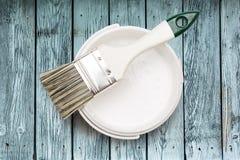 Open能与刷子的白色油漆 库存照片