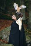 Open飞过了在妇女胳膊的猫头鹰 免版税库存图片