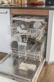 Open afwasmachine in keuken Royalty-vrije Stock Afbeelding