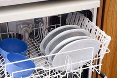 Open afwasmachine met platen Stock Afbeelding
