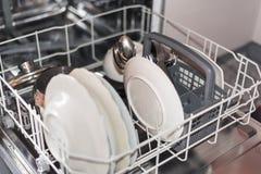 Open afwasmachine met schone glas en schotels, selectieve nadruk Royalty-vrije Stock Afbeeldingen