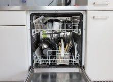 Open afwasmachine met schone platen, koppen en schotels Stock Foto