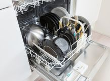 Open afwasmachine met schone platen, koppen en schotels Royalty-vrije Stock Afbeelding