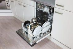 Open afwasmachine met schone platen, koppen en schotels Royalty-vrije Stock Foto
