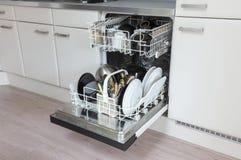 Open afwasmachine met schone platen, koppen en schotels Royalty-vrije Stock Fotografie