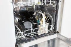 Open afwasmachine met schone platen, koppen en schotels Stock Afbeelding