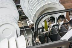 Open afwasmachine met schone schotels na het schoonmaken proces Stock Afbeeldingen