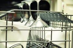 Open afwasmachine met schone werktuigen Stock Foto