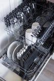 Open afwasmachine met schone werktuigen in keuken Royalty-vrije Stock Foto's