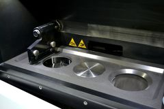 Open Arbeitskammer einer Lasersinternmaschine für Metall Stockfotos