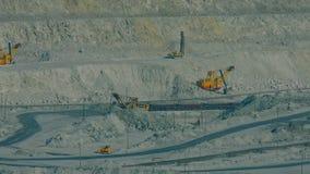 Open asbest - gegoten kuilstappen met werkende reusachtige graafwerktuigen stock video