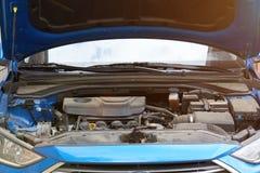 Open autoboomstam met vuile motor stock afbeeldingen