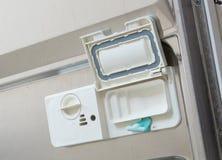 Open automaat in een afwasmachine met schone platen, koppen en dishe Royalty-vrije Stock Fotografie