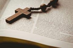 Open bijbel en houten rozentuinparels Stock Fotografie