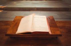 Open bijbel in Heilige Pierre Cathedral in Genève, Sw Stock Afbeeldingen