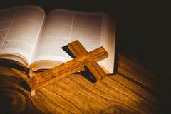 Open bijbel met kruisbeeldpictogram Stock Foto