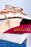 Open Bijbel met rozentuin en glazen Royalty-vrije Stock Afbeelding