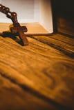 Open bijbel met rozentuinparels Stock Afbeeldingen