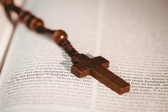 Open bijbel met rozentuinparels Stock Foto's