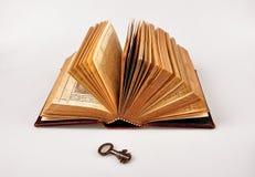 Open Bijbel met sleutel Stock Fotografie