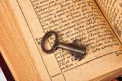 Open Bijbel met sleutel Stock Afbeelding