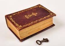 Open Bijbel met sleutel Stock Afbeeldingen