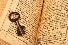 Open Bijbel met sleutel Stock Foto's