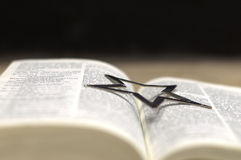 Open Bijbel met zilver ster-1 Stock Afbeeldingen