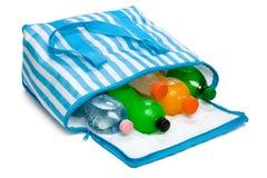 Open blauwe gestreepte koelere zak met vijf koele verfrissende dranken Stock Foto's