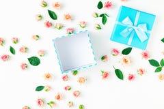 Open blauwe giftdoos met roze rozen en groene bladeren Royalty-vrije Stock Foto