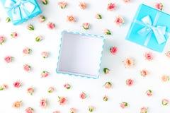 Open blauwe giftdoos met roze rozen op witte achtergrond Royalty-vrije Stock Foto's