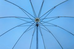 Open blauwe kleur van paraplu Stock Foto's