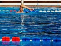 Open blauwe zwembadsamenvatting met het wapen van de zwemmer royalty-vrije stock fotografie