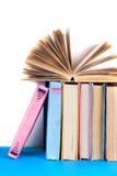 Open boek, boek met harde kaft bookson heldere kleurrijke achtergrond Royalty-vrije Stock Foto