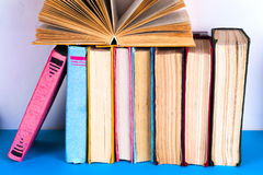 Open boek, boek met harde kaft bookson heldere kleurrijke achtergrond Royalty-vrije Stock Fotografie