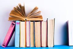 Open boek, boek met harde kaft bookson heldere kleurrijke achtergrond Stock Afbeelding