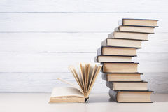 Open boek, boek met harde kaftboeken op houten lijst schaar en potloden op de achtergrond van kraftpapier-document Terug naar Sch Royalty-vrije Stock Afbeeldingen