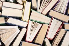 Open boek, boek met harde kaftboeken op houten lijst schaar en potloden op de achtergrond van kraftpapier-document Terug naar Sch Stock Afbeeldingen