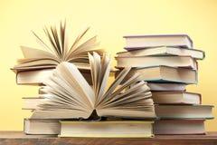 Open boek, boek met harde kaftboeken op houten lijst schaar en potloden op de achtergrond van kraftpapier-document Terug naar Sch Royalty-vrije Stock Fotografie