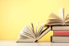 Open boek, boek met harde kaftboeken op houten lijst schaar en potloden op de achtergrond van kraftpapier-document Terug naar Sch Stock Afbeelding