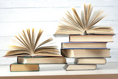 Open boek, boek met harde kaftboeken op houten lijst schaar en potloden op de achtergrond van kraftpapier-document Terug naar Sch Stock Foto's