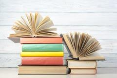 Open boek, boek met harde kaftboeken op houten lijst schaar en potloden op de achtergrond van kraftpapier-document Terug naar Sch Stock Fotografie