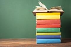 Open boek, boek met harde kaftboeken op houten lijst schaar en potloden op de achtergrond van kraftpapier-document Terug naar Sch Stock Foto