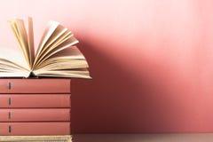 Open boek, boek met harde kaftboeken op houten lijst schaar en potloden op de achtergrond van kraftpapier-document Terug naar Sch Royalty-vrije Stock Foto
