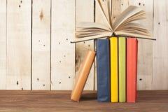 Open boek, boek met harde kaftboeken op houten lijst schaar en potloden op de achtergrond van kraftpapier-document Terug naar Sch Royalty-vrije Stock Foto's