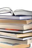 Open boek bovenop boekstapel die op wit wordt geïsoleerdi Royalty-vrije Stock Foto's