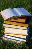 Open Boek bovenop Stapel royalty-vrije stock afbeelding